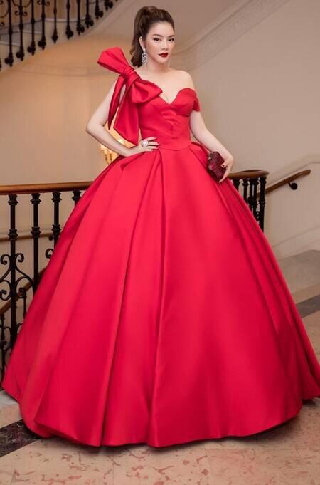 Lý Nhã Kỳ ghi dấu ấn thời trang không chỉ bởi chiếc váy to xòe mang tông đỏ nổi bật mà còn do chi tiết nơ trên vai.
