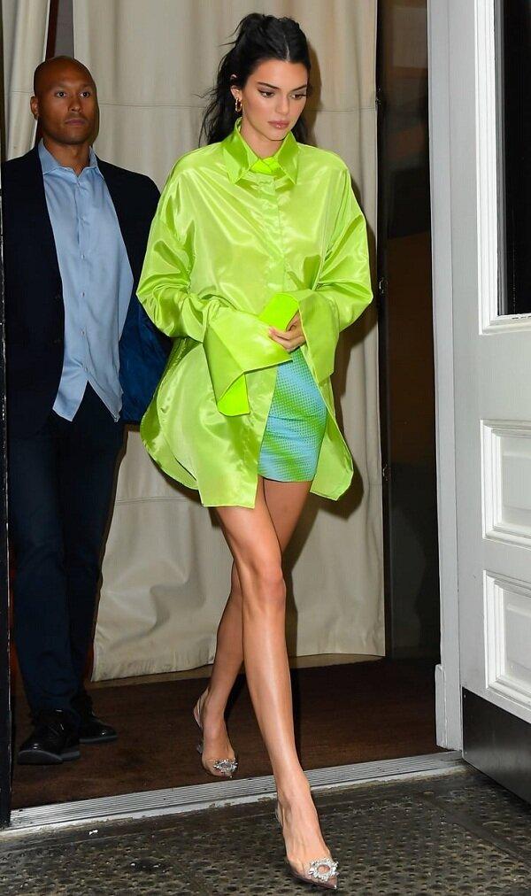 Chân dài 9x tiếp tục thu hút ánh nhìn trên phố khi khoác trên mình áo sơ mi oversized neon xanh chuối lộ cặp giò dài miên man