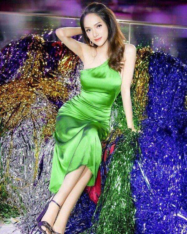 Hương Giang xinh ngất ngây trong dáng váy lệch vai lụa xanh nõn chuối