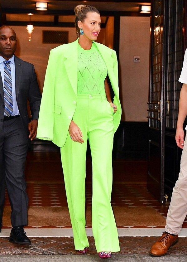Fashion icon kiêm diễn viên Hollywood Blake Lively trong bộ suit neon đẹp đến ngất ngây