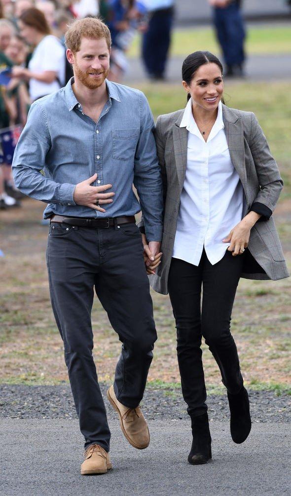 Đi cùng anh chồng Hoàng tử Harry trong một sự kiện ngoài trời bình dân, nàng dâu Hoàng Gia Anh luôn lựa chọn trang phục thoải mái nhất với các dáng áo sơ mi hay quần tây
