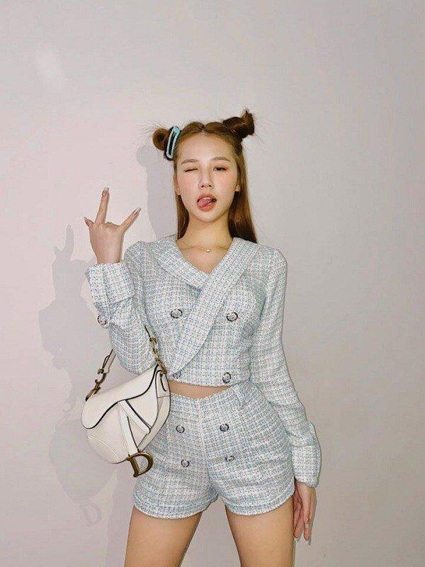 Mới đây, Amee đã khiến nhiều người thích thú khi đăng tải tấm ảnh diện combo áo và quần lưng cao cực kỳ đáng yêu, thanh nhã.