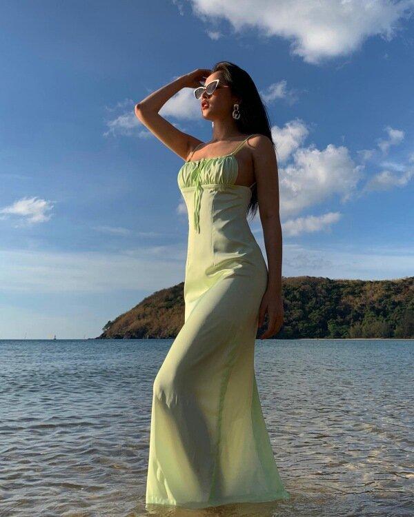 Ngoài ra, kiểu váy hai dây này còn phù hợp với không ít trường hợp, từ xuống phố đến tham dự sự kiện.