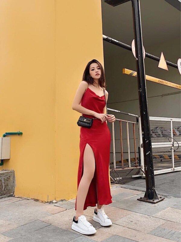 Mẫu đầm dài thoải mái phối cùng túi đeo chéo và giày sneaker, mang đến nét sang trọng pha chút kiêu sa.