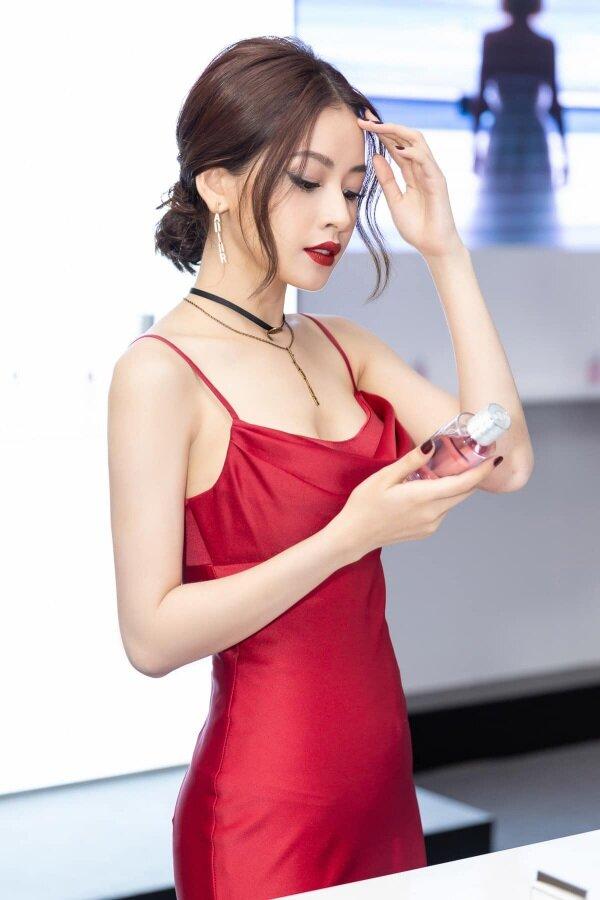Cũng tông màu đỏ đấy, nếu thay đổi một tí về kiểu tóc, phụ kiện lại tạo thành set đồ phù hợp với việc tham dự sự kiện.
