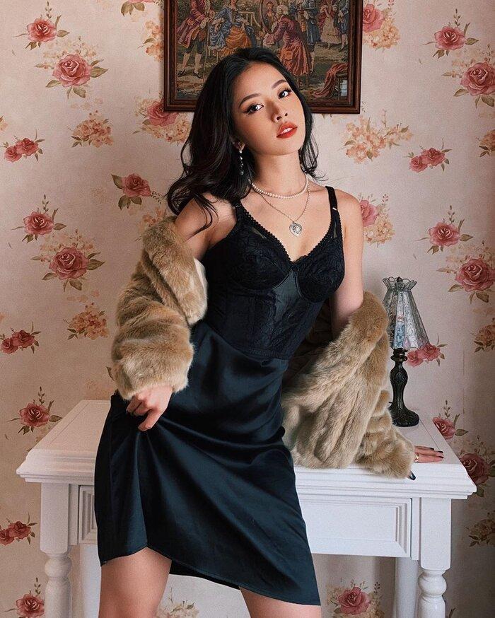 Khi chọn váy pha chút ren trên nền vải lụa, kết hợp cùng áo lông, người đẹp có ngay hình ảnh sang chảnh, quyến rũ không chút tì vết.