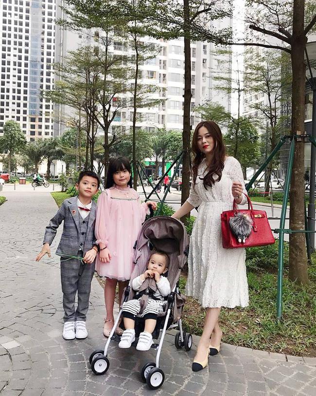 Hot mom Hằng Túi cùng các con lên đồ rực rỡ để đi ăn tất niên cuối năm.