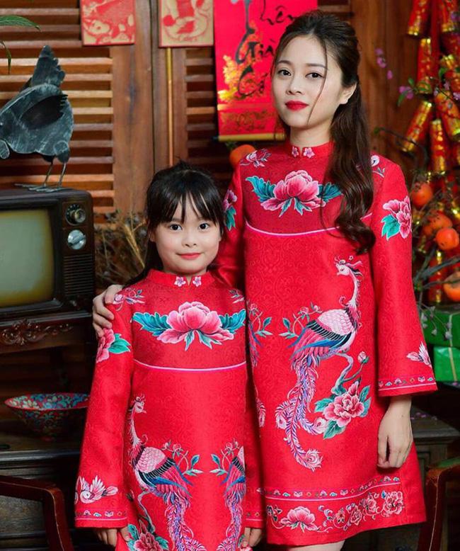 Bà mẹ 4 con cũng đã kịp làm bộ ảnh áo dài sang chảnh cùng con gái, mang hương Tết về nhà.
