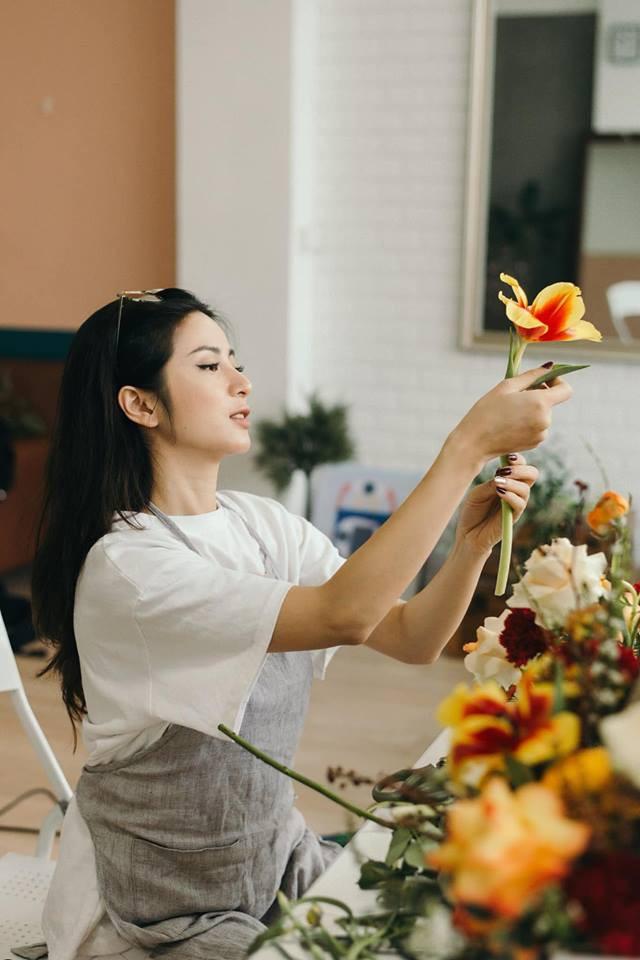 Những ngày giáp Tết, dù bận vô cùng nhưng Ngọc Anh vẫn dành thời gian cắm hoa để vui vẻ hạnh phúc hơn.