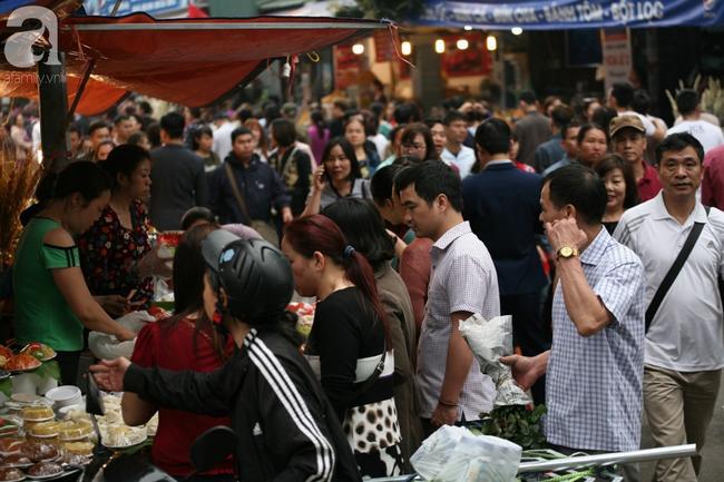 Hà Nội: Phủ Tây Hồ đông nghẹt thở, dân công sở ùn ùn kéo đến lễ đầu năm 0