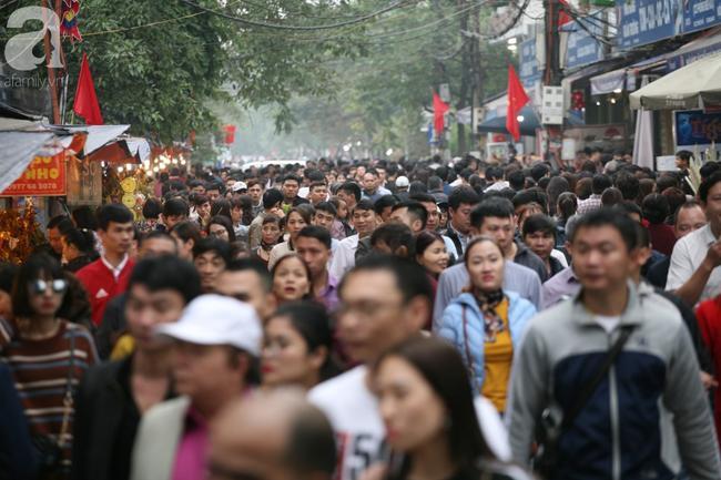 Hà Nội: Phủ Tây Hồ đông nghẹt thở, dân công sở ùn ùn kéo đến lễ đầu năm 2