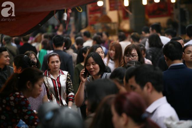 Hà Nội: Phủ Tây Hồ đông nghẹt thở, dân công sở ùn ùn kéo đến lễ đầu năm 1