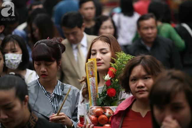 Hà Nội: Phủ Tây Hồ đông nghẹt thở, dân công sở ùn ùn kéo đến lễ đầu năm 3