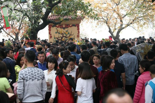 Hà Nội: Phủ Tây Hồ đông nghẹt thở, dân công sở ùn ùn kéo đến lễ đầu năm 7