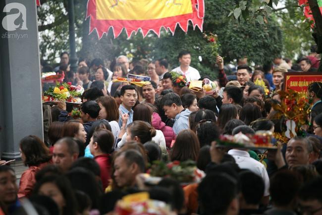 Hà Nội: Phủ Tây Hồ đông nghẹt thở, dân công sở ùn ùn kéo đến lễ đầu năm 5