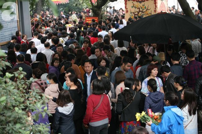 Hà Nội: Phủ Tây Hồ đông nghẹt thở, dân công sở ùn ùn kéo đến lễ đầu năm 6