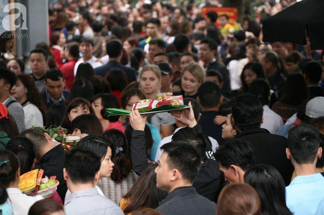 Hà Nội: Phủ Tây Hồ đông nghẹt thở, dân công sở ùn ùn kéo đến lễ đầu năm 4