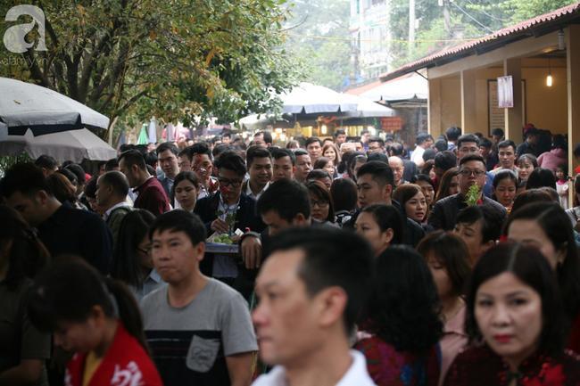 Hà Nội: Phủ Tây Hồ đông nghẹt thở, dân công sở ùn ùn kéo đến lễ đầu năm 8