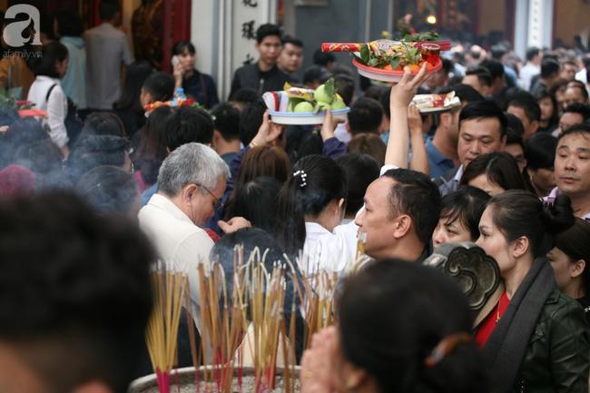 Hà Nội: Phủ Tây Hồ đông nghẹt thở, dân công sở ùn ùn kéo đến lễ đầu năm 12