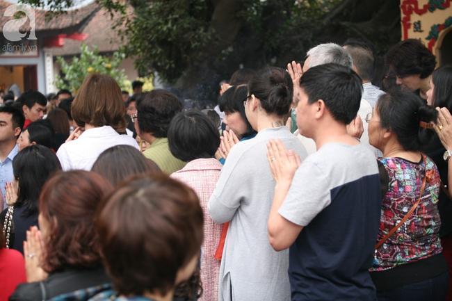 Hà Nội: Phủ Tây Hồ đông nghẹt thở, dân công sở ùn ùn kéo đến lễ đầu năm 9