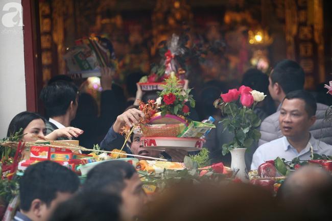 Hà Nội: Phủ Tây Hồ đông nghẹt thở, dân công sở ùn ùn kéo đến lễ đầu năm 10