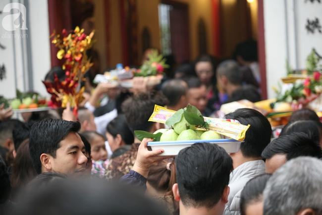 Hà Nội: Phủ Tây Hồ đông nghẹt thở, dân công sở ùn ùn kéo đến lễ đầu năm 11