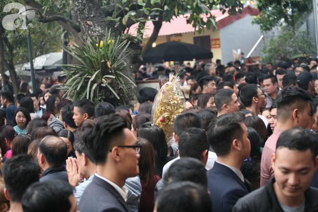 Hà Nội: Phủ Tây Hồ đông nghẹt thở, dân công sở ùn ùn kéo đến lễ đầu năm 13