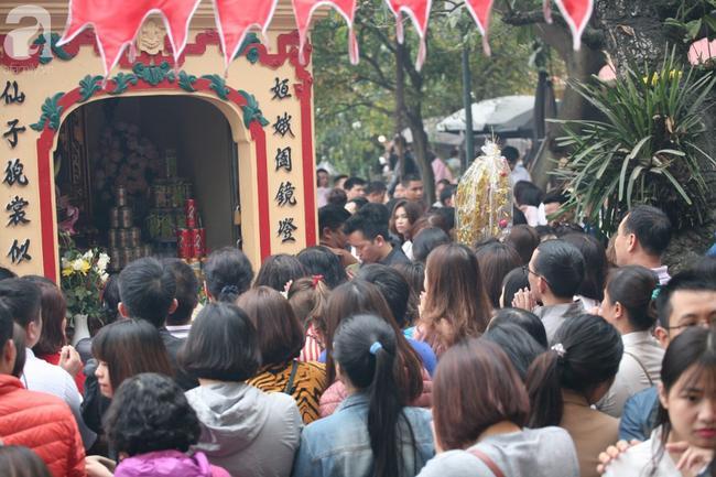 Hà Nội: Phủ Tây Hồ đông nghẹt thở, dân công sở ùn ùn kéo đến lễ đầu năm 16