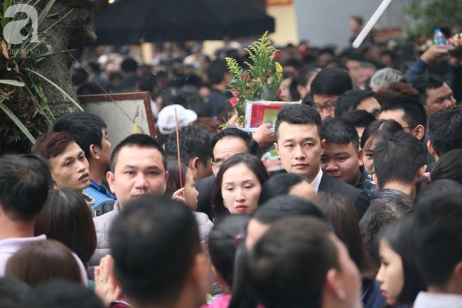 Hà Nội: Phủ Tây Hồ đông nghẹt thở, dân công sở ùn ùn kéo đến lễ đầu năm 14