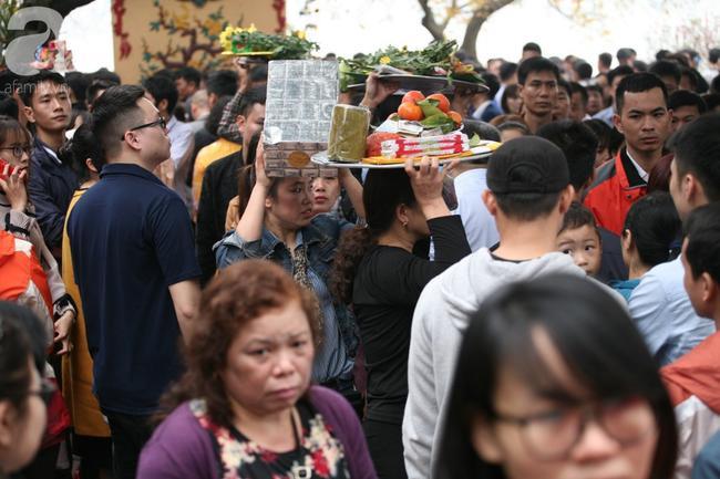 Hà Nội: Phủ Tây Hồ đông nghẹt thở, dân công sở ùn ùn kéo đến lễ đầu năm 17