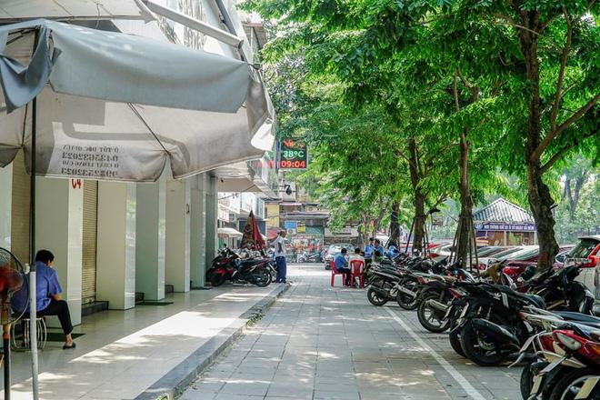 Bảo vệ của cửa hàng trông và dắt xe gọn gàng trên vỉa hè, đảm bảo an ninh trật tự công cộng. (Ảnh: Minh Hiếu/Vietnam+)