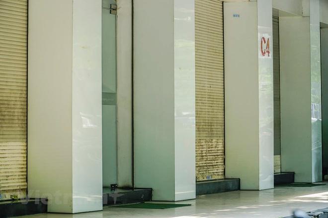 Tuy vẫn duy trì hoạt động nhưng cửa hàng chỉ mở duy nhất lối ra vào, các ô còn lại bị đóng. (Ảnh: Minh Hiếu/Vietnam+)