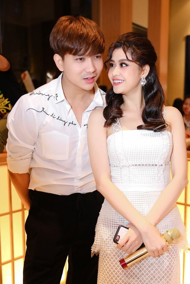 Trương Quỳnh Anh và Tim vẫn cùng sống chung một mái nhà sau khi ly hôn. Nữ ca sĩ cho biết cô đã dọn ra ở riêng khi nghe tin chồng cũ có tình mới.