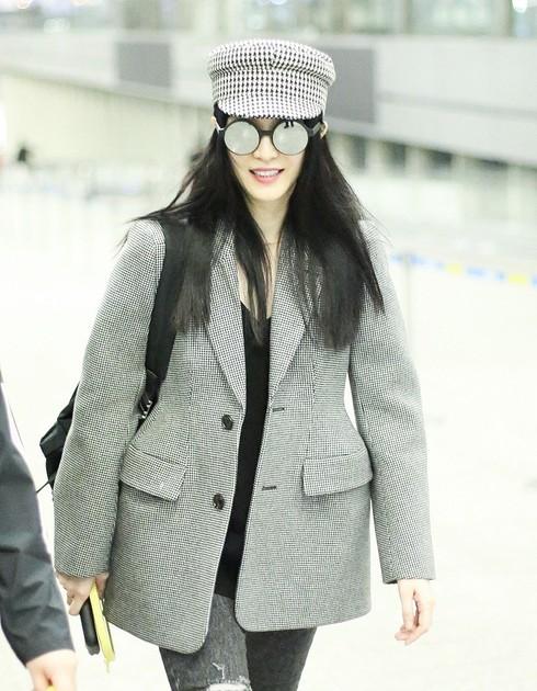Người đẹp cười tươi tại sân bay lên đường sang Mỹ
