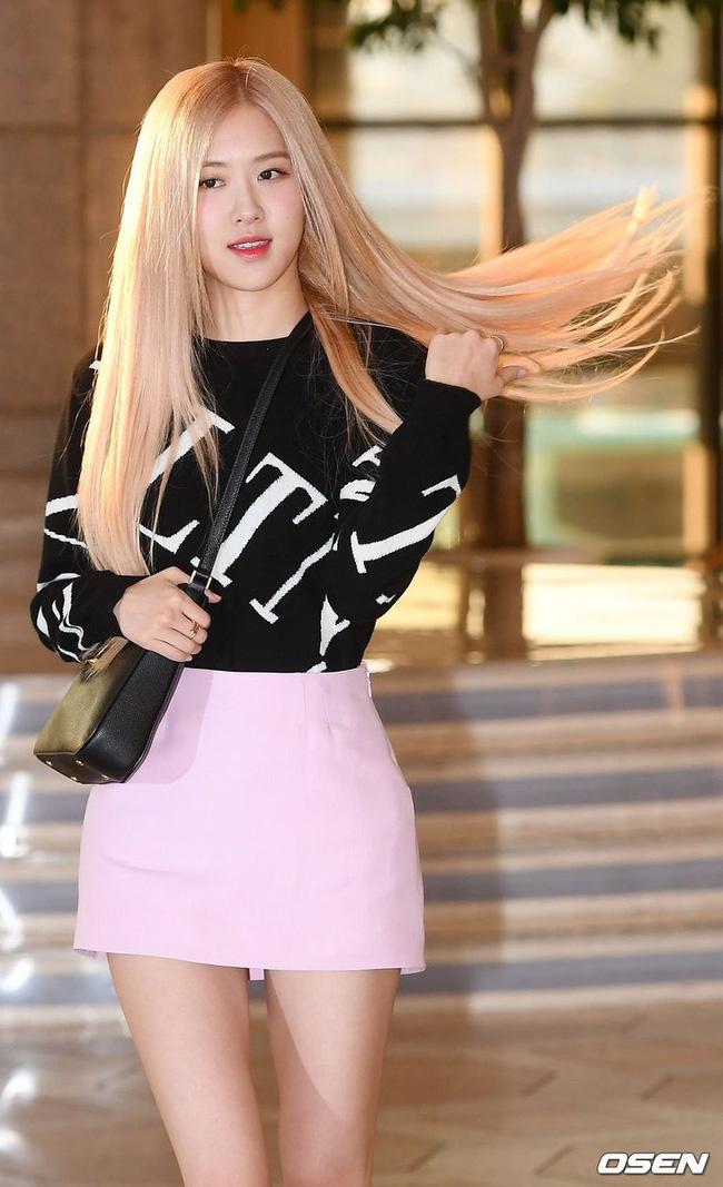 Trước đó tại sân bay, cô nàng cũng lại ghi điểm trẻ trung năng động khi diện mẫu váy ngắn mix cùng áo len trẻ trung. Chỉ một cái hất tóc, Rosé đã khiến bao người ngẩn ngơ ngắm nhìn.