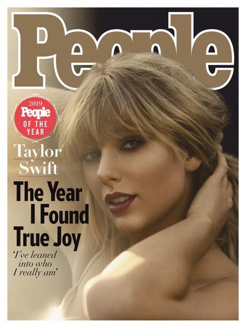 Tạp chí People số cuối năm thu hút sự chú ý lớn khi những gương mặt trang bìa được tờ này lựa chọn đều là những phụ nữ tiêu biểu là Taylor Swift, Michelle Obama, Jennifer Aniston và Jennifer Lopez.