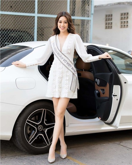 Không cần váy dài tha thướt, chỉ đầm ngắn trên gối, Khánh Vân đã đủ tỏa sáng.