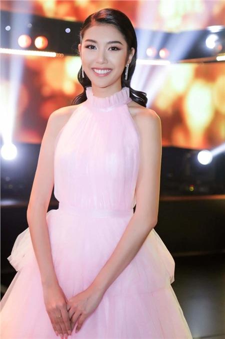 Với sắc Hồng ngọt ngào, Thúy Vân khiến khán giả say mê khi thả dáng trong chiếc váy bềnh bồng tựa mây.