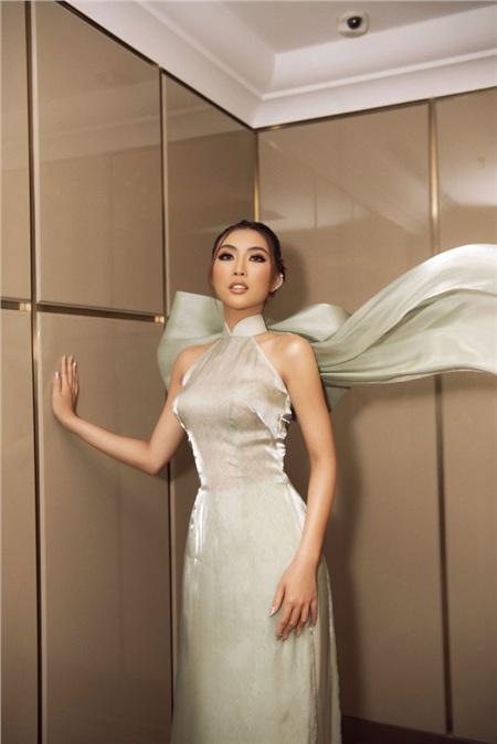 Tường Linh chọn cho mình tà áo dài cách tân có phần nơ to bản làm điểm nhấn.