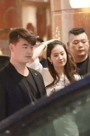 Khoảnh khắc Lưu Diệc Phi vừa đi đường vừa uống trà sữa, netizen không khỏi cảm thán đúng là 'đẹp như chụp họa báo' 1