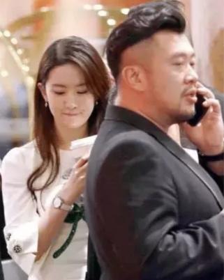 Khoảnh khắc Lưu Diệc Phi vừa đi đường vừa uống trà sữa, netizen không khỏi cảm thán đúng là 'đẹp như chụp họa báo' 2