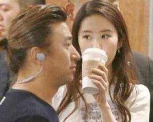 Khoảnh khắc Lưu Diệc Phi vừa đi đường vừa uống trà sữa, netizen không khỏi cảm thán đúng là 'đẹp như chụp họa báo' 0