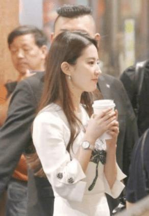 Khoảnh khắc Lưu Diệc Phi vừa đi đường vừa uống trà sữa, netizen không khỏi cảm thán đúng là 'đẹp như chụp họa báo' 3