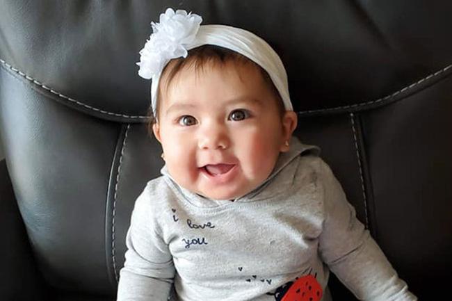 Bé gái 10 tháng tuổi bị bạn trai của mẹ nhét vào ba lô kéo khóa kín và nhốt trong ô tô 5 giờ đồng hồ 1