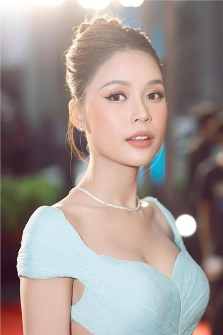 Sam là một trong những tên tuổi được nhiều khán giả biết đến thuộc thế hệ hot girl đầu tiên của showbiz Việt. Dù không sở hữu chiều cao lý tưởng song gương mặt ngày càng xinh đẹp với vóc dáng nóng bỏng là lợi thế giúp cô chiếm trọn trái tim của khán giả. 10 năm trôi qua, hot girl ngày nào đã chứng tỏ bản thân bằng những vai diễn trong các bộ phim truyền hình, sitcom được yêu thích.