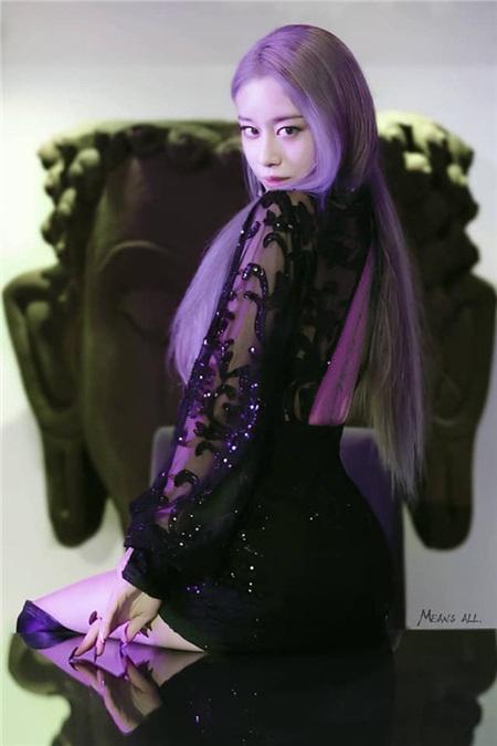 Hồi tháng 12 vừa qua, Jiyeon đã khiến các fans 'rụng tim' bởi vẻ ngoài quá xinh đẹp khi nhuộm màu tóc tím dài