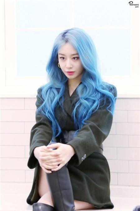 Mới đây, loạt ảnh cô nàng up trên trang cá nhân với một mái tóc màu xanh dương gợn sóng đẹp đến mê hồn