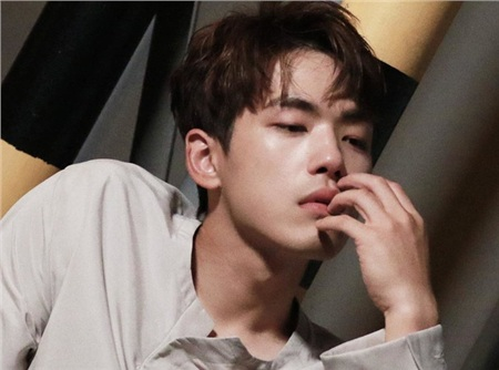 'Trai đẹp lừa đảo' của Crash Landing on You: Được yêu thích không kém Hyun Bin nhưng ngoài đời lại có thái độ 'không ra gì' với mỹ nhân SNSD 9