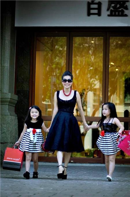 Mỹ Lệ thường xuyên đi mua sắm cùng các con