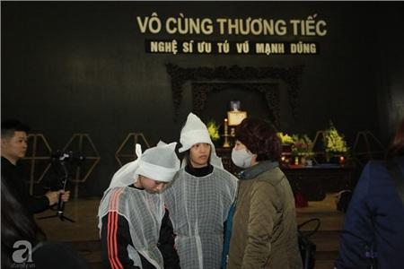 Hai con gái của cố nghệ sĩ Vũ Mạnh Dũng xuất hiện thất thần trong tang lễ của bố.